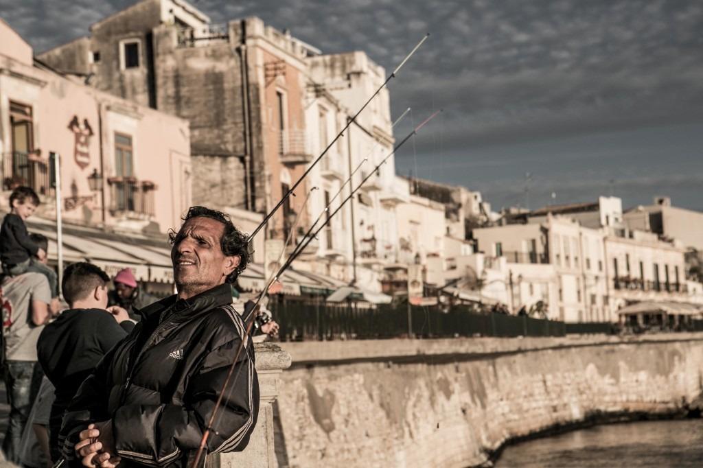 Un pescatore al lungo mare di ortigia, Siracusa - foto Roberto zampino