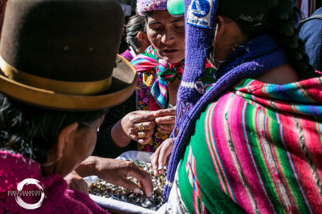 cholitas in la paz - buying rings